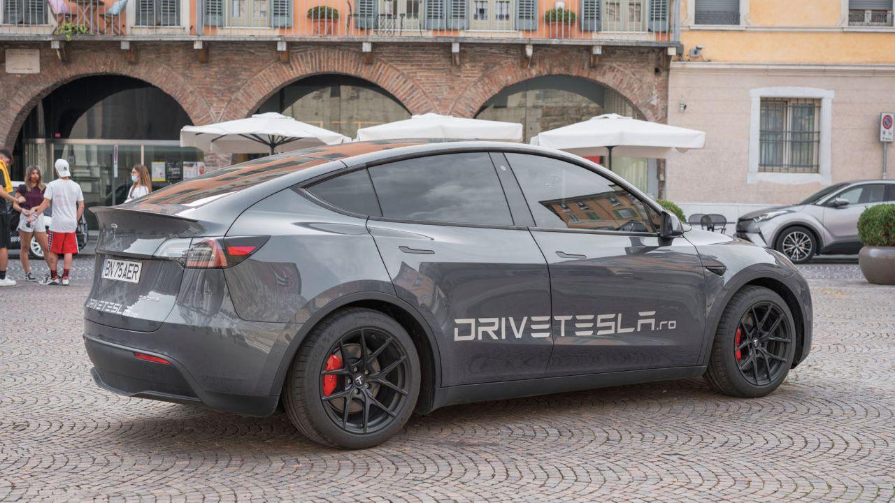 A bordo della prima Tesla Model Y d'Italia: ecco il nuovo SUV di Elon Musk