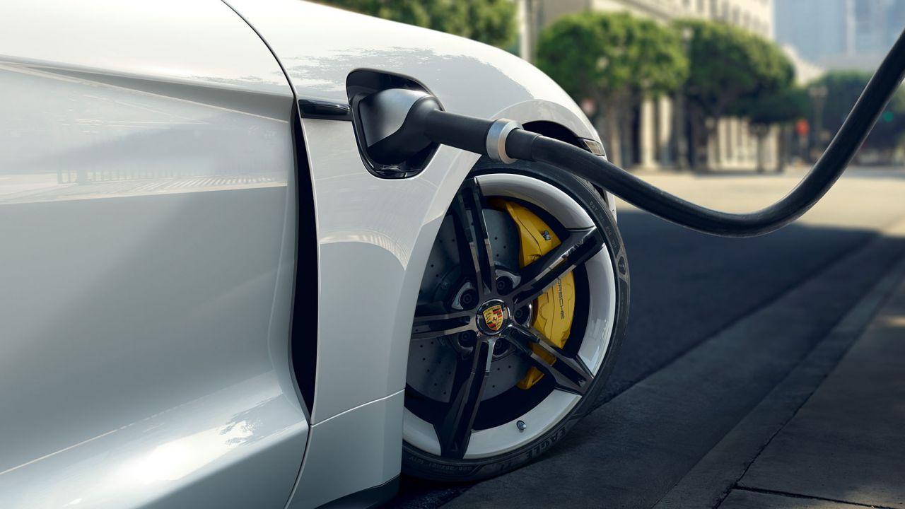 Bill Gates critica le EV: le auto elettriche sono ancora immature?