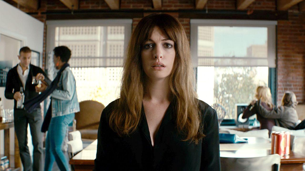 Colossal, il monster movie di Nacho Vigalondo con Anne Hathaway su Netflix
