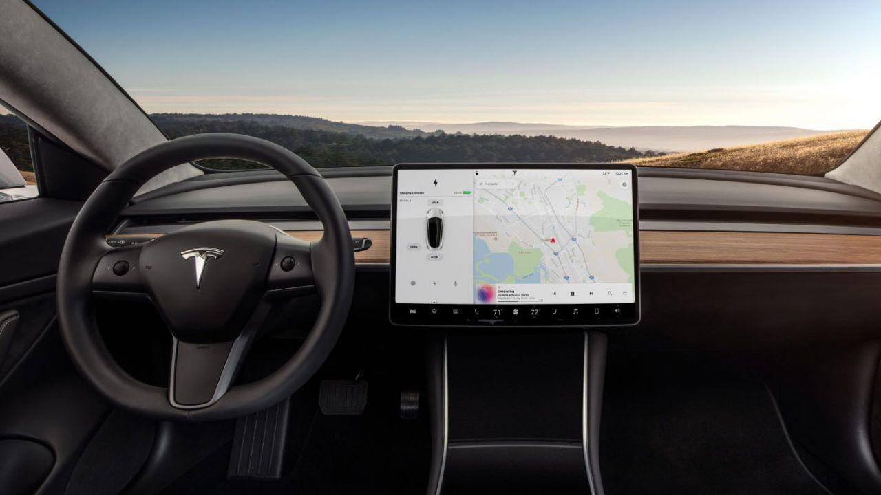 speciale Ecco come Autopilot di Tesla riconosce i semafori: il manuale ufficiale
