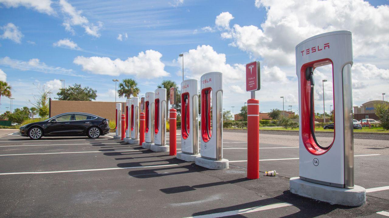 """Il futuro a 250 kW: il """"pieno"""" in pochi minuti di Tesla anticipa tutti"""