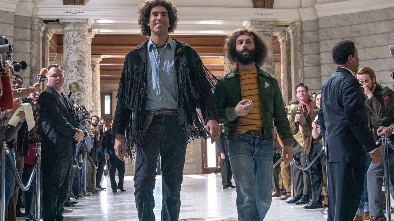 Sacha Baron Cohen e Jeremy Strong in una scena de Il Processo ai Chicago 7 film in corsa agli Academy