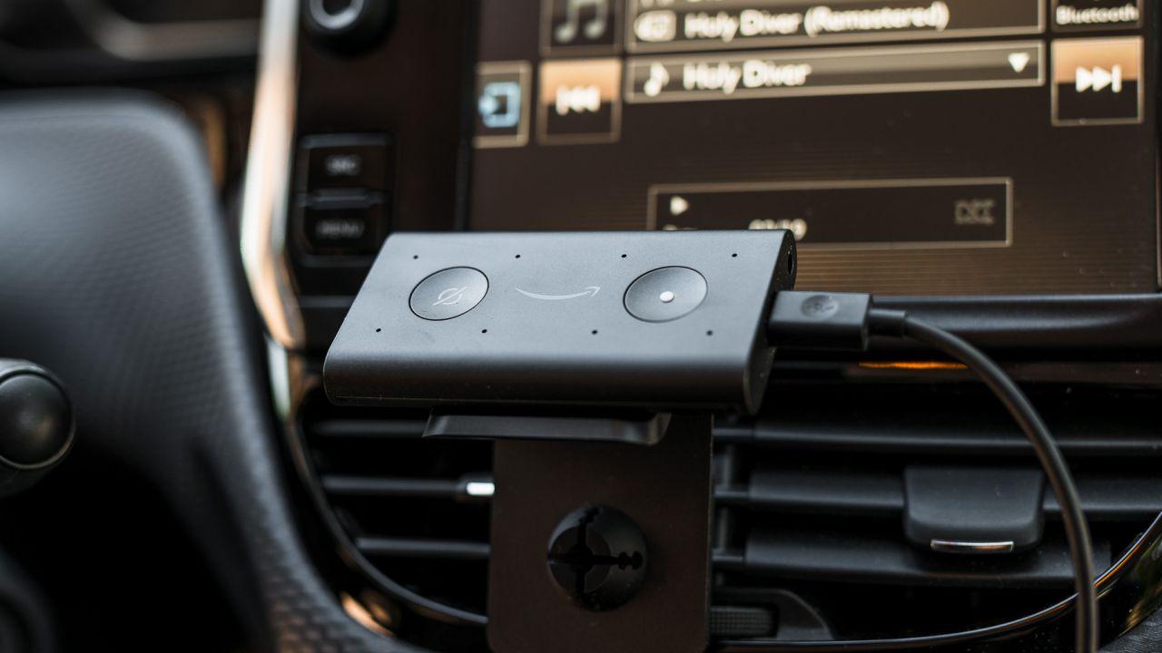 In viaggio con Amazon Echo Auto: come funziona Alexa in macchina?