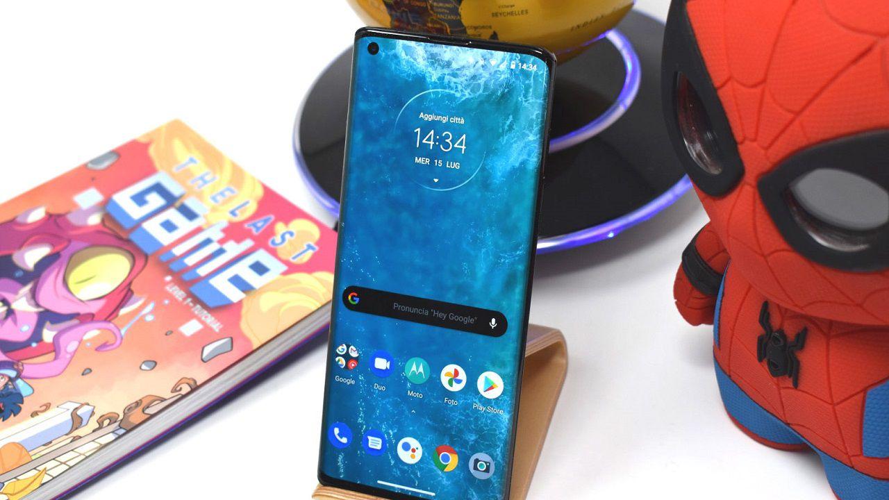 recensione Motorola Edge Plus Recensione: un top di gamma dal design particolare