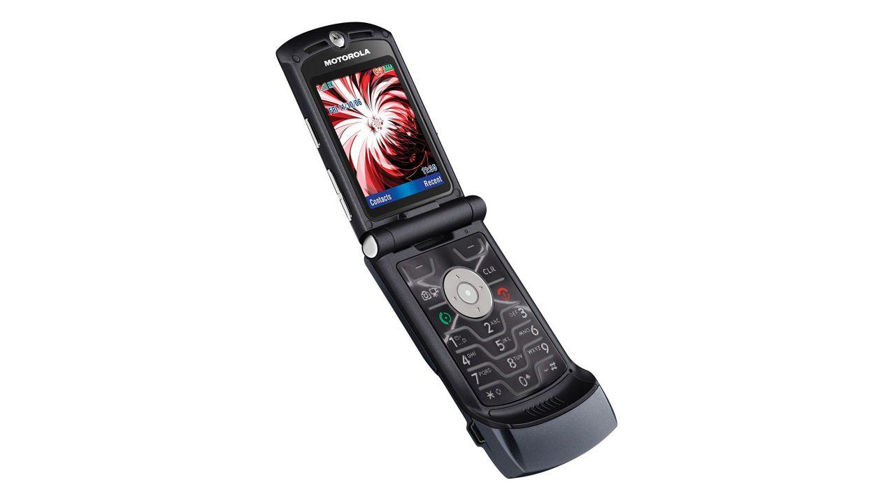 speciale Motorola RAZR V3 ha 15 anni: tornerà sul mercato con display pieghevole?