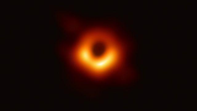 Perchè la prima foto di un buco nero conferma la teoria della relatività