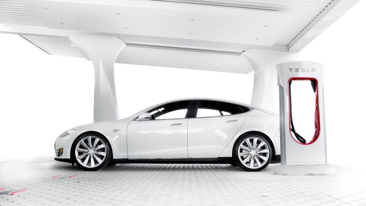 Si può scollegare una Tesla in ricarica? È possibile ma ci si può difendere