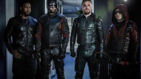 Arrow: una nuova foto mostra i costumi di Diggle e Laurel per l'ultima stagione