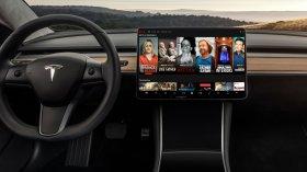 Elon Musk crea hype per il Tesla V10: film in macchina e anche il Karaoke