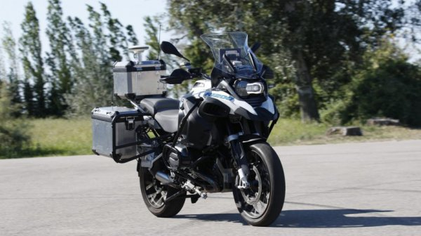 La moto senza pilota della BMW si guida da sola in video