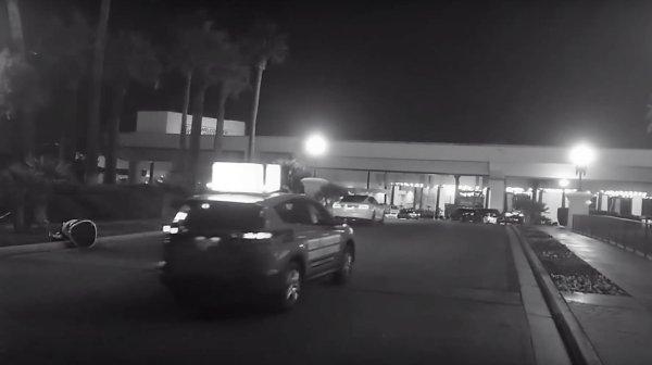 Una Tesla con AutoPilot investe un robot al CES 2019: incidente o pubblicità? Il video