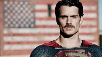 Video justice league: i baffi di henry cavill nei primi tre minuti del film