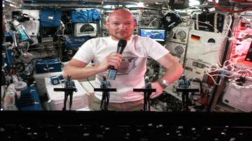 Video un astronauta tedesco ha duettato dallo spazio con i kraftwerk durante un concerto