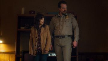 Video stranger things: shawn levy stuzzica i fan su hopper e joyce insieme