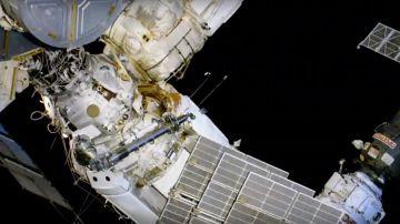 Video passeggiata spaziale in diretta: i cosmonauti russi ispezionano il foro dell'iss