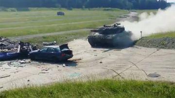 Video un carro armato si lancia su una bmw serie 3 e la disintegra, il video
