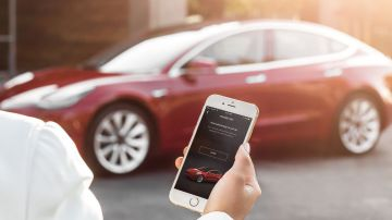 Video guidare una tesla con lo smartphone a 45 metri di distanza: summon in azione