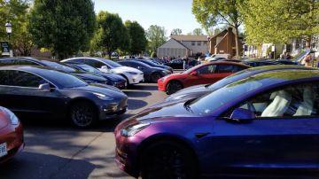 Video decine di tesla si muovono da sole in un parcheggio: il video del flash mob