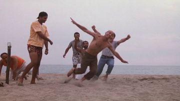 Video come in tre uomini e una gamba: aldo improvvisa il 'colpo di testa' circondato dai fan