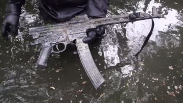Video vanno a pesca con un supermagnete, trovano un fucile d'assalto della wehrmacht
