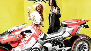 Video keanu reeves e la cosplayer di v si divertono tra gli stand tgs di cyberpunk 2077