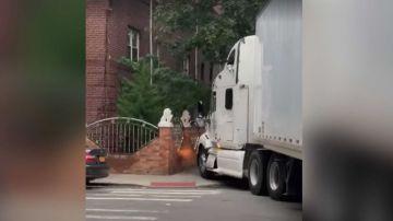 Video autoarticolato entra in centro città in barba ai divieti, ma si incastra e distrugge tutto