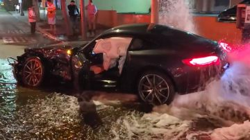 Video mercedes-amg gt si scontra con una range rover e distrugge un idrante: il video