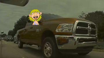 Video un pickup tenta di affumicare una tesla model 3: il risultato è esilarante