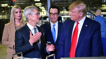 Video donald trump ci ricasca: nuova gaffe su apple dopo il tour con tim cook