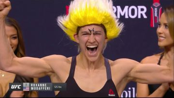 Video dragon ball invade l'ufc, lottatrice si presenta al weigh-in vestita da majin vegeta!