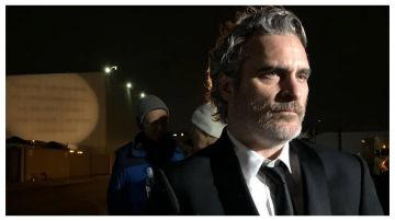 Video joaquin phoenix diserta l'after-party dei saga per confortare maiali diretti al mattatoio