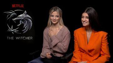 Video anya chalotra e freya allan di the witcher si raccontano nell'intervista doppia di netflix