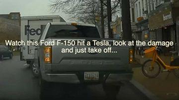 Video colpisce una tesla in retromarcia col suo ford f-150, dà un'occhiata e poi scappa