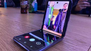 Video il galaxy z flip è lo smartphone pieghevole più resistente, il video di jerryrigeverything