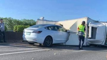 Video tesla model 3 in autopilot si schianta contro un camion: il video è virale