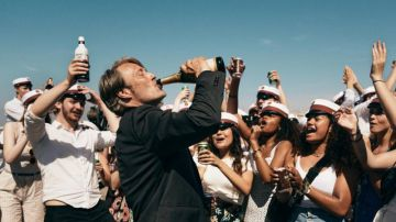 Video another round, mads mikkelsen ubriaco e felice nel trailer del film di thomas vinterberg