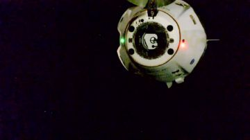Video spacex, gli astronauti stanno tornando a terra con la crew dragon: il video