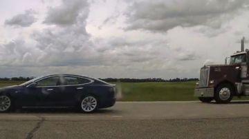 Video automobilista si addormenta sulla tesla model s a 140 km/h, la polizia è furibonda