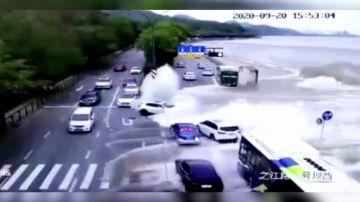 Video onda spaventosa si abbatte sulla strada e travolge tutti i veicoli: accade in cina