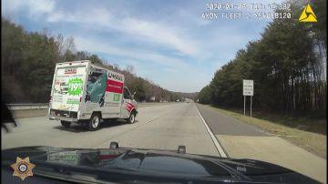 Video ladro scappa dalla polizia con un furgone scassato, ma non è una buona idea