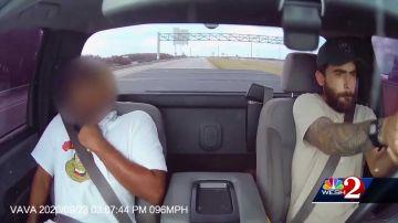 Video uomo spara dal parabrezza della propria auto verso un'altra vettura