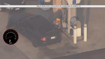Video la polizia insegue un ricercato, e lui si ferma pure a fare benzina