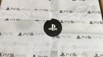 Video ps5 unboxing: quanto pesa la scatola? lo svela geoff keighley... dal bagno!