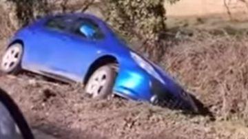 Video finisce nel fosso con la peugeot:'signore, lei non può parcheggiare lì'