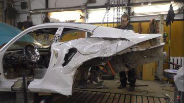Video un carrozziere russo ha unito più porsche 911 per 'risuscitare' una 911 turbo s