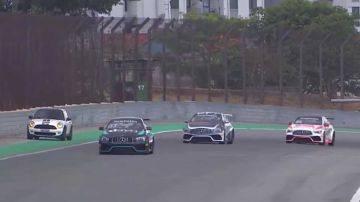 Video mini si lancia per sbaglio in pista durante una gara: panico e safety car