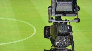 Video calcio, telecamera robot scambia testa del guardalinee per il pallone: tifosi furiosi