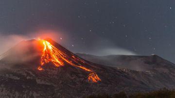 Video un video mozzafiato ci mostra l'eruzione del vulcano più grande d'europa: l'etna