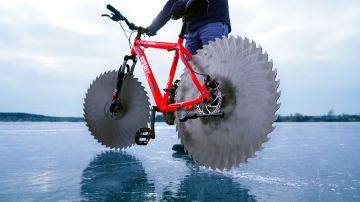 Video questa bici ha due enormi lame seghettate per ruote