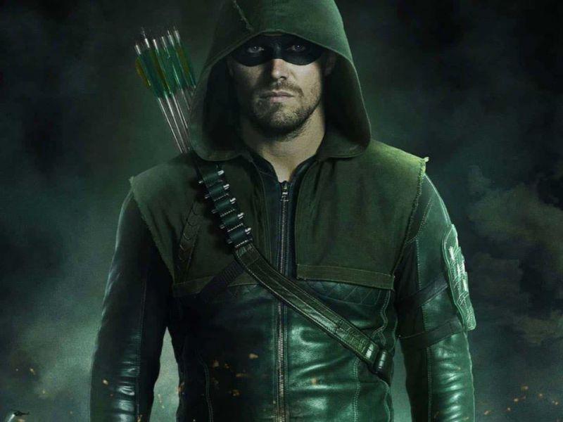 [SPOILER] Arrow 8: tra gli easter egg della premiere sbuca una maschera di Batman